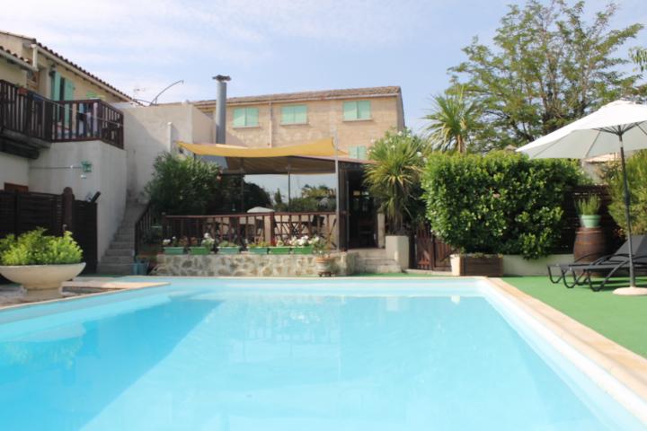 UZES: Hôtel/Restaurant avec piscine et parking privé